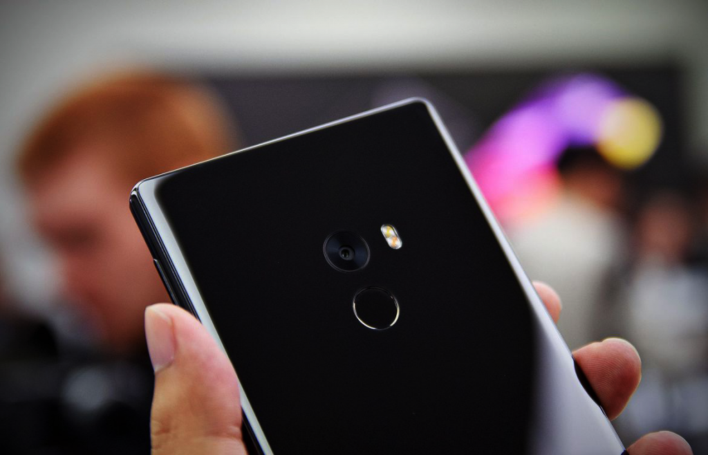 danh gia dien thoai xiaomi mi mix 12 1 1024x658 - Xiaomi Mi Mix: Smartphone cao cấp không viền màn hình