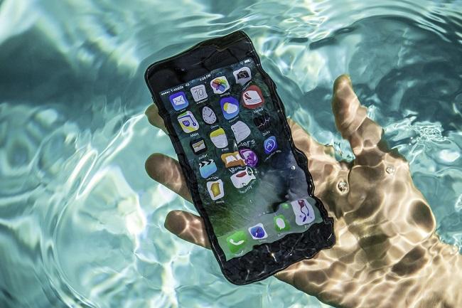 kiem tra dien thoaCCA3i bi roi xuong nuoc 4 1 - Mẹo kiểm tra Iphone đã từng bị rơi xuống nước khi chọn mua điện thoại Iphone cũ