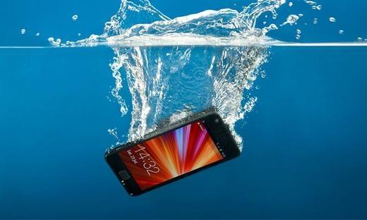 xu ly khi dien thoai roi xuong nuoc 1 1 - Cách xử lý hiệu quả nhất khi làm rơi điện thoại xuống nước