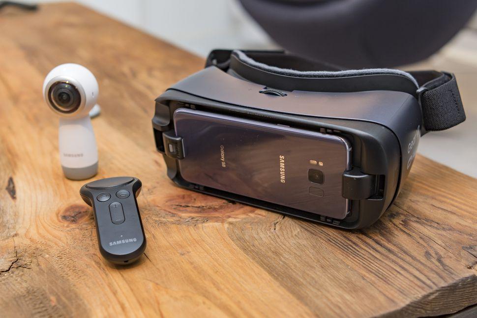 samsung gear vr 1 1 - Top 3 chiếc kính thực tế ảo tốt nhất trên thị trường