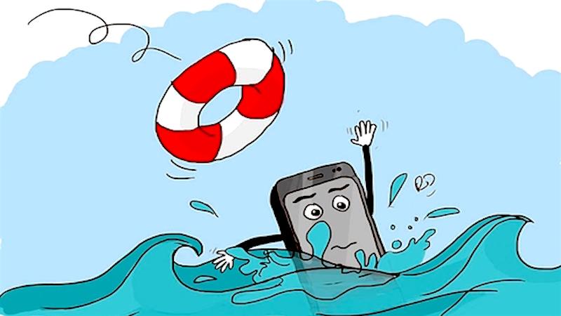 lam gi khi dien thoai roi xuong nuoc 1 2 - Làm gì khi điện thoại rơi xuống nước?