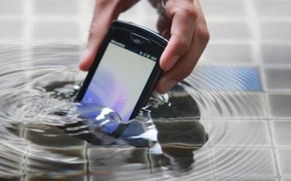 lam gi khi dien thoai roi xuong nuoc 1 3 - Làm gì khi điện thoại rơi xuống nước?