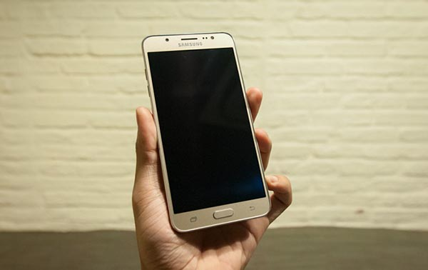 samsung galaxy j7 2016 thiet ke - Đánh giá điện thoại Samsung Galaxy J7 có tốt không?